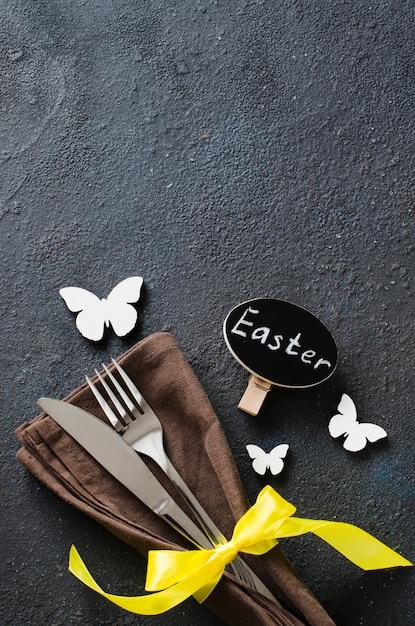Réglage de la table de fête pour le dîner de pâques sur une table noire. Photo Premium