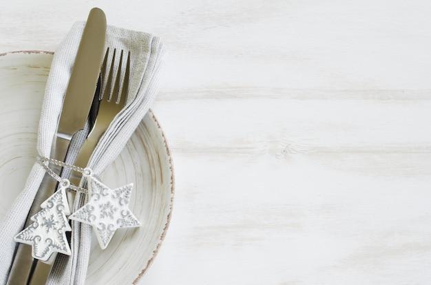 Réglage de la table de fête pour le réveillon de noël. Photo Premium