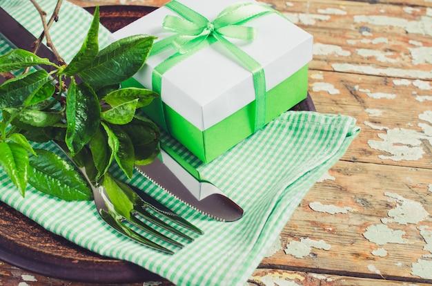 Réglage de la table de fête de printemps avec present. Photo Premium
