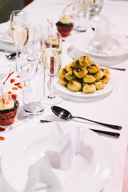 Réglage de la table lors d'une fête de mariage Photo gratuit