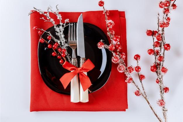 Réglage De La Table De Noël Avec Branche De Fruits Rouges. Décoration De Noël. Photo Premium