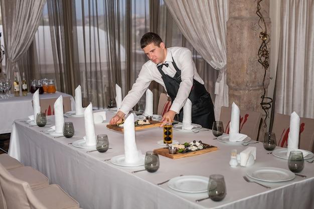Réglage De La Table Pour Le Dîner Dans Un Restaurant. Photo Premium