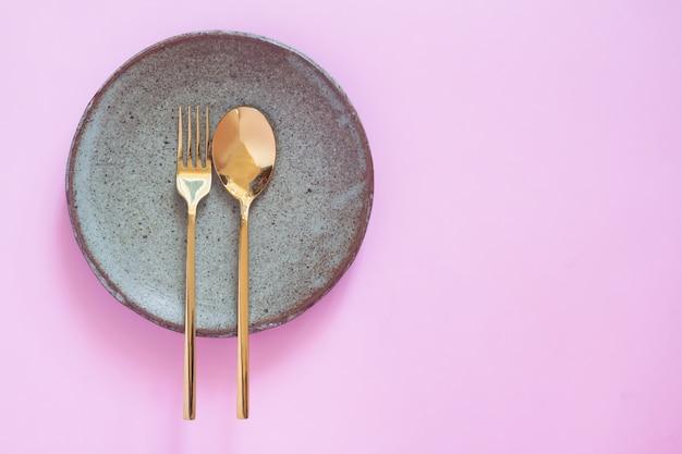 Réglage De La Table, Vaisselle En Céramique, Cuillère Et Fourchette Sur Fond De Couleur Rose Pastel Photo Premium