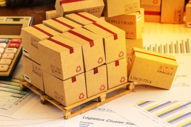 Regroupement de produits d'investissement financier sur palette en bois. Photo Premium