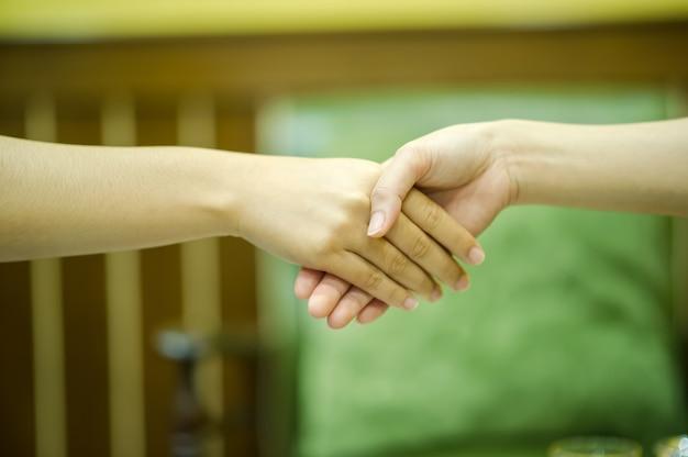 Rejoignez les mains de deux personnes. et le salut des amis. Photo Premium