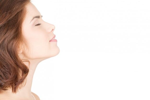 La relaxation mène à la beauté. profil de gros plan horizontal d'une belle femme avec les yeux fermés Photo Premium