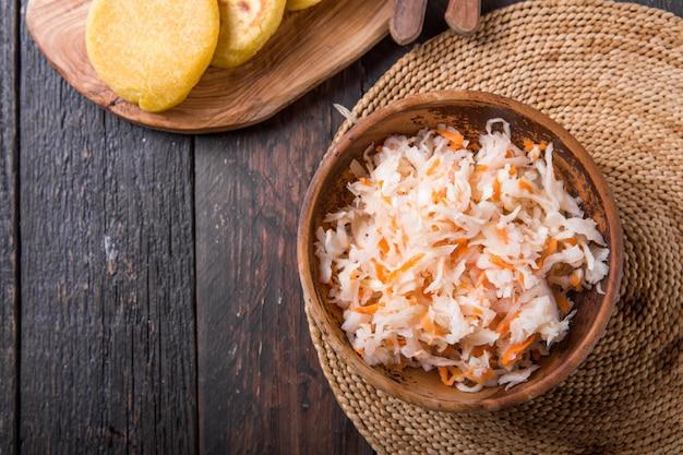 Relish De Chou Légèrement Fermenté Avec Pupusa Photo Premium