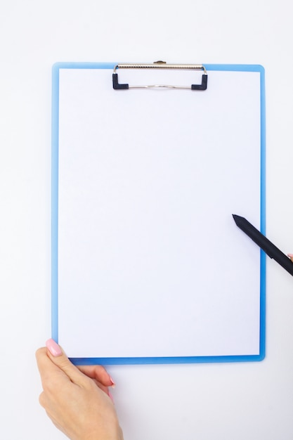 Remettez le dossier et la poignée sur un fond blanc. Photo Premium