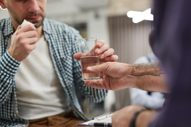 Remettre Un Verre D'eau Photo Premium