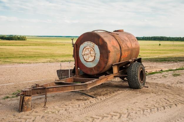 Remorque tonneau avec de l'eau sur le terrain Photo Premium