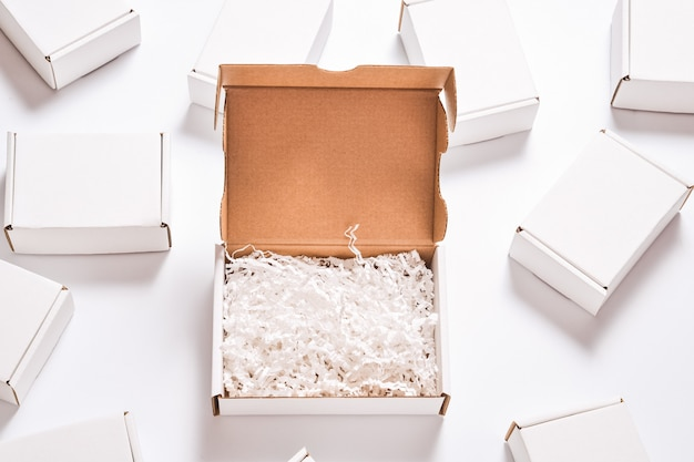 Remplisseur De Papier Blanc Dans Une Boîte En Carton, Ensemble De Boîtes En Carton Blanc Photo Premium