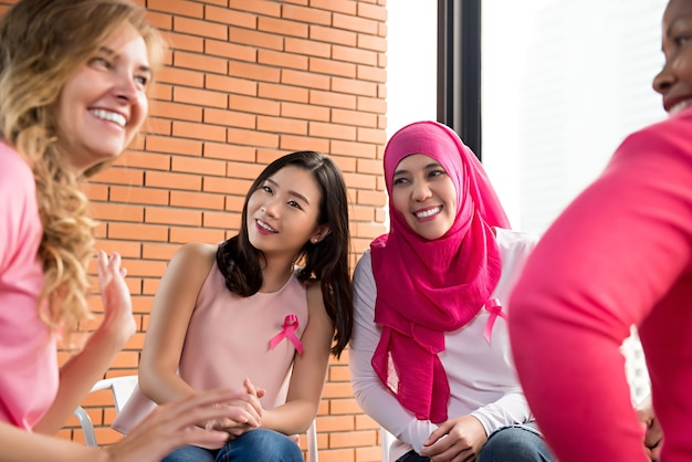 Rencontre de femmes multiéthiniques dans le cadre d'une campagne de sensibilisation au cancer du sein Photo Premium