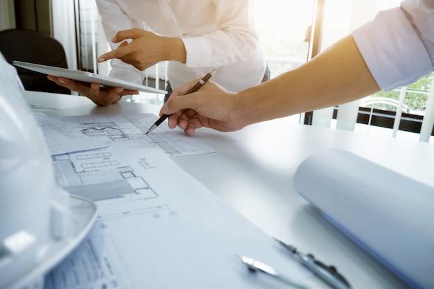 Rencontre D'ingénieur Pour Un Projet D'architecture Travaillant Avec Un Partenaire Photo gratuit