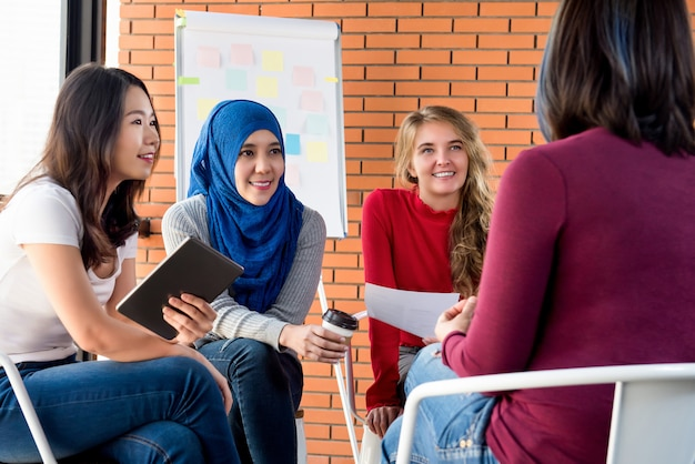 Rencontre occasionnelle de femmes multiethniques dans le cadre d'un projet social Photo Premium