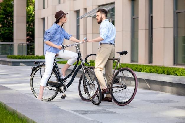 Rendez-vous Romantique Du Jeune Couple à Vélo Photo gratuit