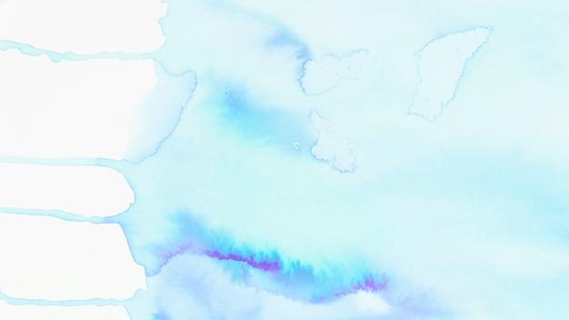 Répandre la texture aquarelle bleue sur fond blanc Photo gratuit