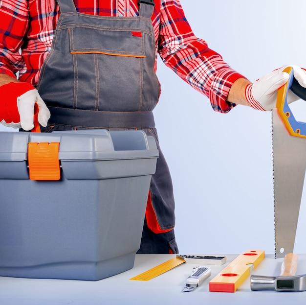 Réparateur Avec Boîte à Outils Contre Le Mur Gris. Photo Premium