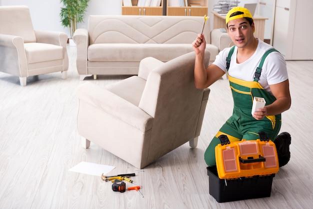 Réparateur de meubles réparant un fauteuil à la maison Photo Premium