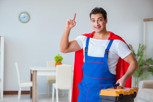 Réparateur De Super Héros Travaillant à La Maison Photo Premium