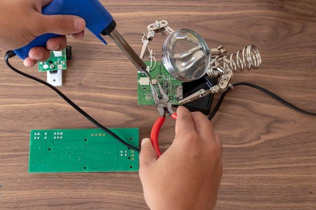 Réparation de circuits électroniques Photo Premium