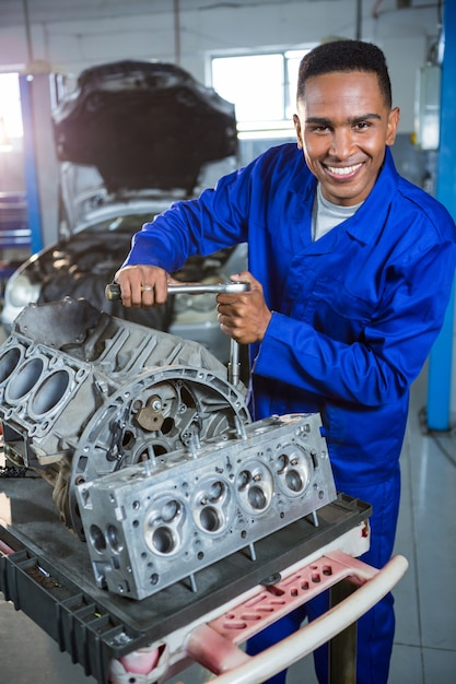 Réparation mechanic une des pièces de voiture Photo gratuit