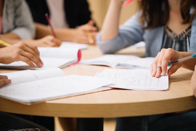 Répartir Les étudiants Sur Le Bureau Photo Premium
