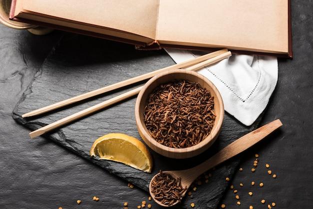 Repas asiatique avec des larves frites Photo gratuit