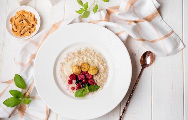 Repas Du Matin Avec Céréales écrasées Et Cuillère Photo gratuit