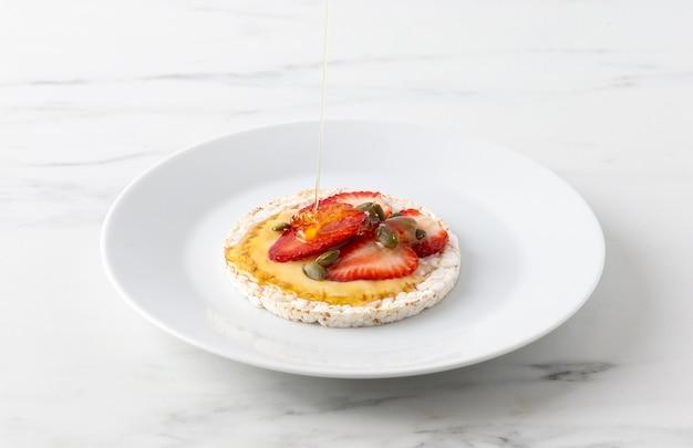 Repas De Haute Vue Avec Gâteau De Riz Et Moitiés De Fraises Photo gratuit
