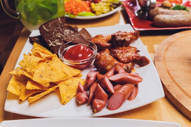 Repas Sains Servis à La Table De Fête Servis Photo Premium