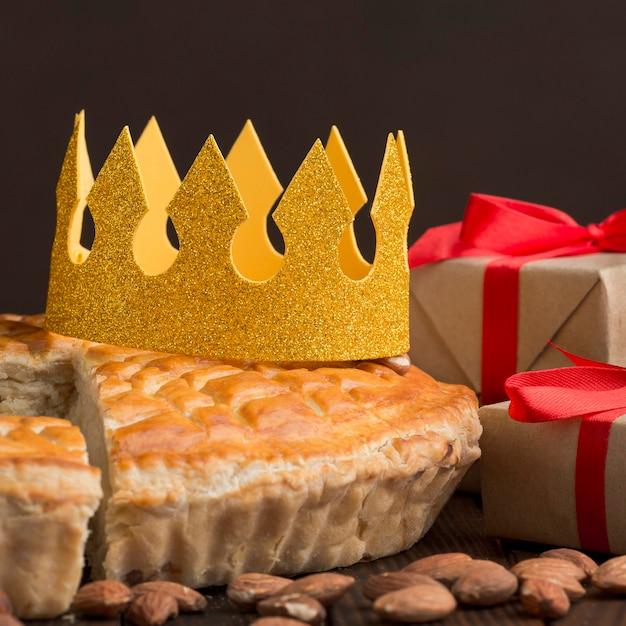 Repas Traditionnel De L'épiphanie Avec Couronne Et Cadeaux Photo gratuit