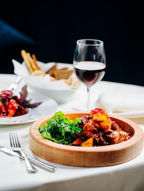 Repas Varié Et Un Verre De Vin Photo gratuit