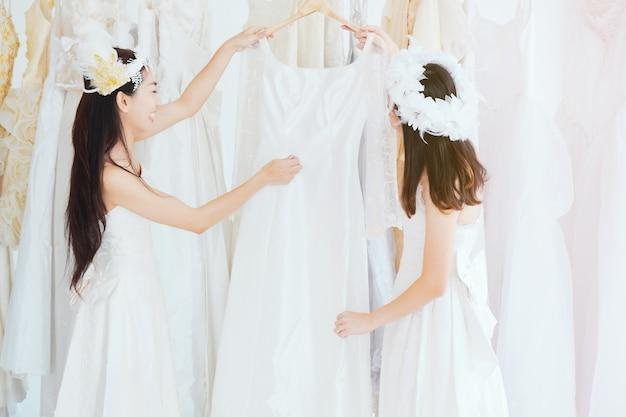 Répétition de demoiselle d'honneur chez le tailleur. Photo Premium