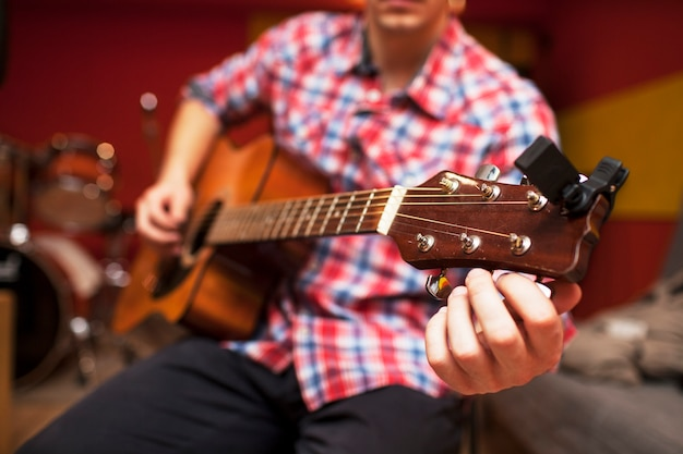 Répétition Du Groupe De Musique Rock. Image Recadrée De Joueur De Guitare électrique Et Batteur Derrière L'ensemble De Batterie. Base De Répétition Photo Premium