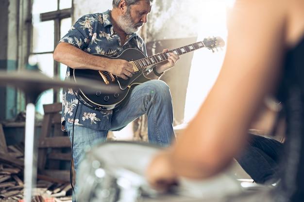 Répétition Du Groupe De Musique Rock. Joueur De Guitare électrique Et Batteur Derrière La Batterie. Photo gratuit