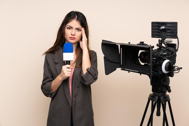 Reporter Femme Tenant Un Microphone Et Rapportant Des Nouvelles Sur Le Mur Mécontent Et Frustré Par Quelque Chose Photo Premium
