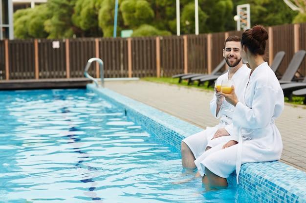 Repos au bord de la piscine Photo gratuit