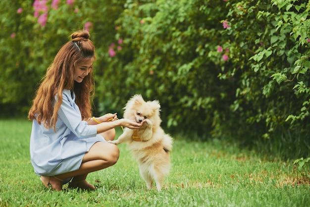 Repos avec chien dans un parc Photo gratuit