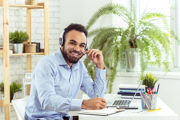 Représentant Du Service Clientèle Au Travail. Photo Premium