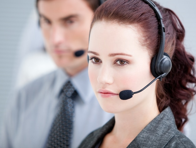 Des représentants assertifs du service à la clientèle debout dans une ligne Photo Premium