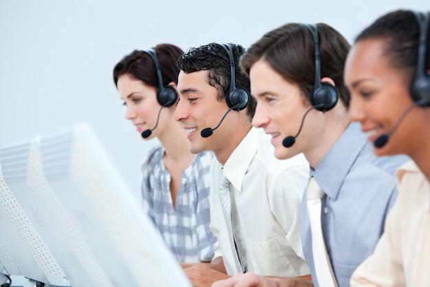 Représentants du service clientèle international avec casque sur Photo Premium