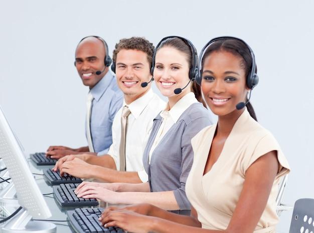 Représentants du service clientèle multiethnique utilisant un casque Photo Premium