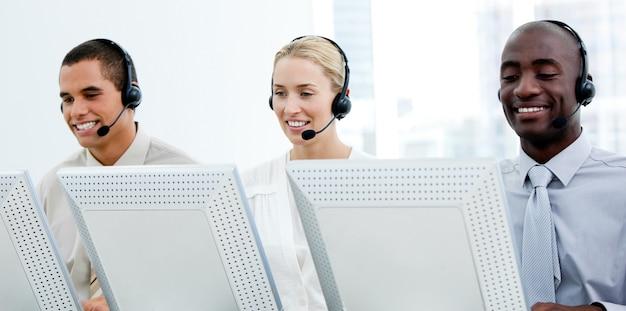 Représentants du service clientèle multiethnique Photo Premium