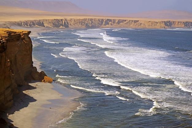 Réserve Nationale De Paracas, Où Le Désert Rencontre L'océan, Région D'ica Au Pérou, Amérique Du Sud Photo Premium