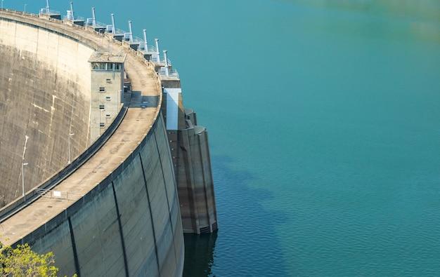 Réservoir D'eau Bleue Avec Un Barrage En Béton Photo Premium