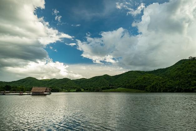 Réservoir naturel dans les montagnes Photo Premium