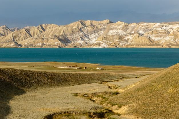 Réservoir De Toktogul, Réservoir Sur Le Territoire Du District De Toktogul De La Région De Jalal-abad Au Kirghizistan. Photo Premium