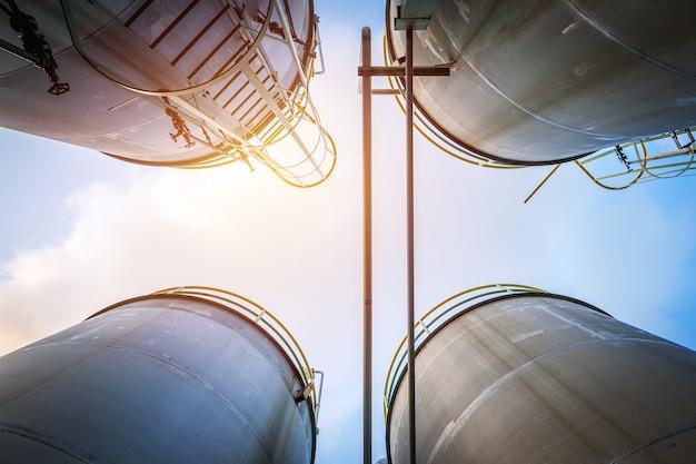 Réservoirs En Acier Inoxydable Et Pipeline Pour L'industrie Chimique Liquide Sur Le Ciel Photo Premium