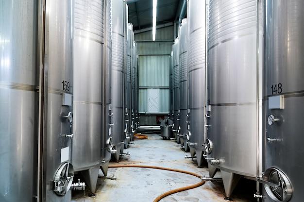 Réservoirs De Stockage De Vin En Métal Dans Une Cave Photo gratuit