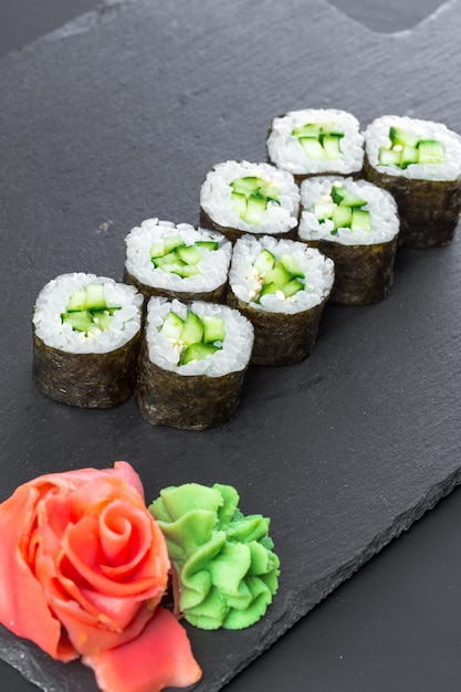 Restaurant japonais, sushi roll sur une plaque d'ardoise noire. Photo Premium